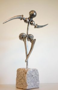 Skulptur aus orthopädischen Kunstgelenken